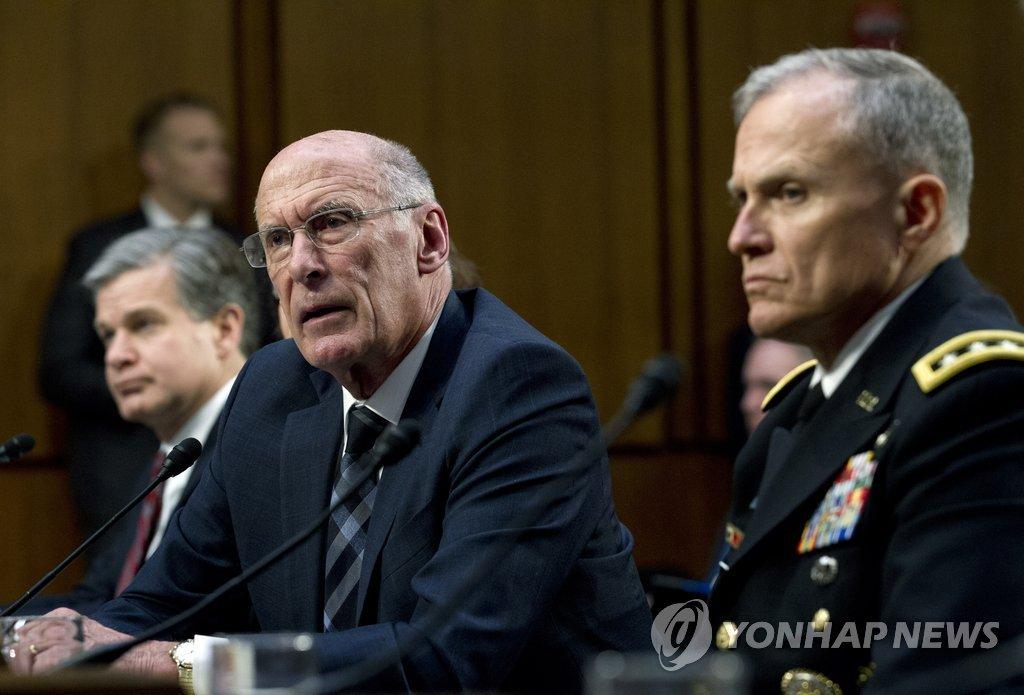 资料图片:科茨(右二)在参议院出席听证会并发言。(韩联社/美联社)
