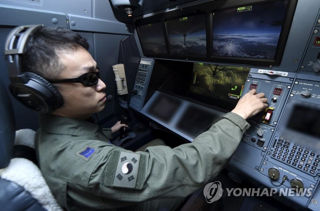 资料图片:1月30日,韩国空军在釜山金海基地举行KC-330空中加油机服役仪式。图为驾驶员正在执行任务。(空军供图)
