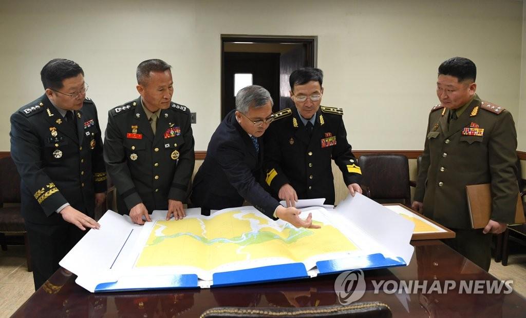 1月30日,在板门店举行的韩朝军事工作磋商上,韩方向朝方说明公用水域海图。(国防部供图)