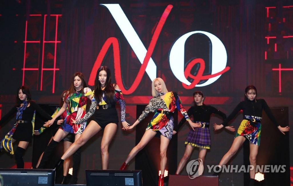 1月30日下午,在首尔市龙山区BLUE SQUARE,女团CLC出席新辑抢听会并展现新歌舞台。(韩联社)