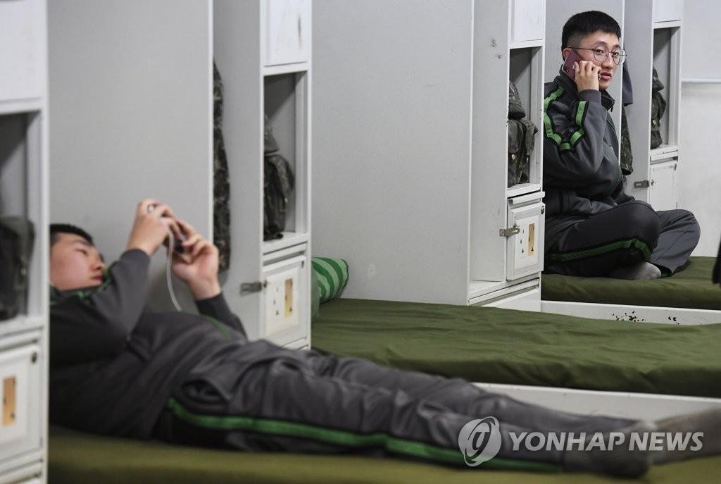 資料圖片:士兵們在任務結束後自由使用手機。(韓聯社/聯合采訪團供圖)