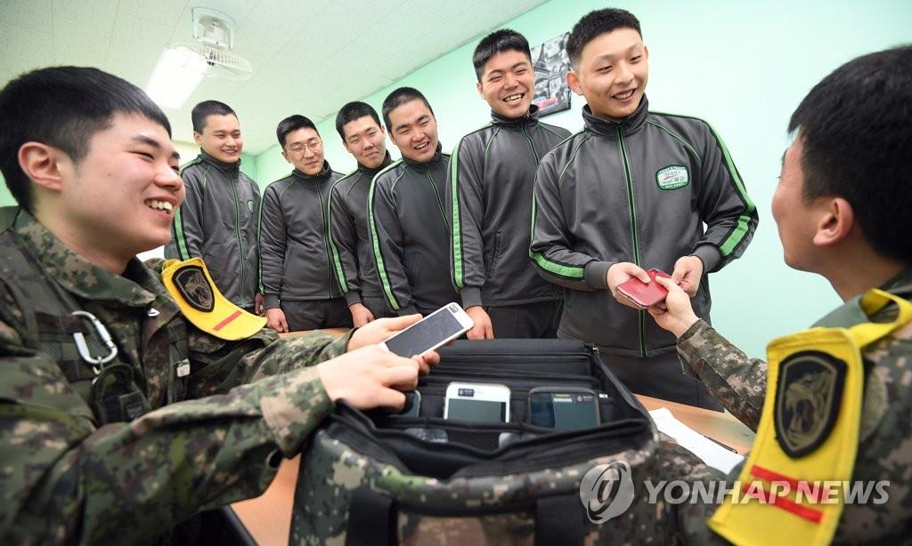 调查:韩军士兵认为使用手机便于对外沟通