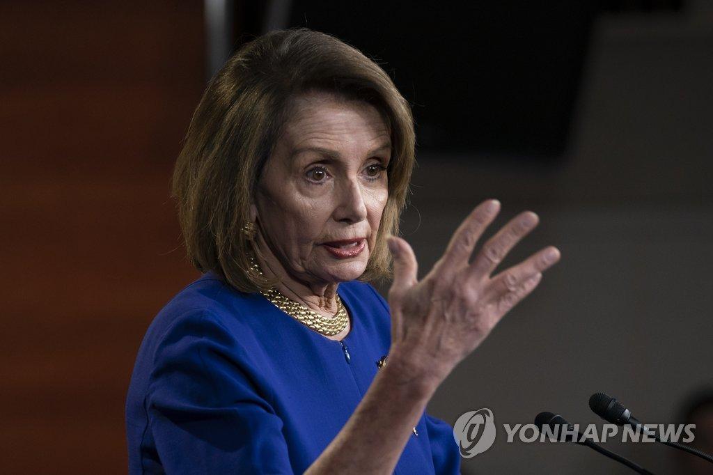 资料图片:当地时间2月7日,美国众议院议长南希·佩洛西在国会举行记者会。(韩联社/美联社)