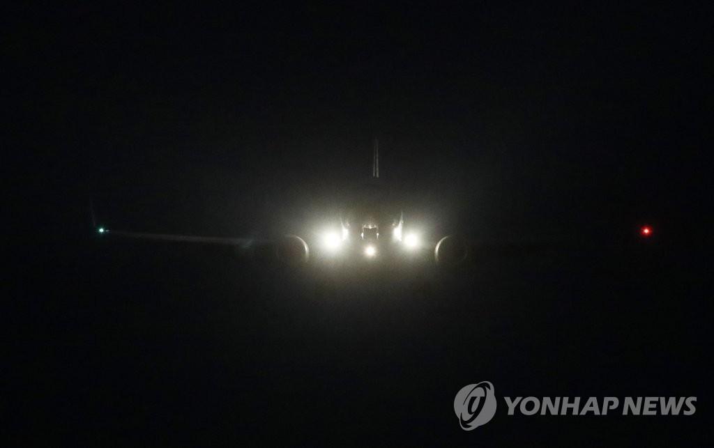 2月8日晚,在京畿道乌山,推测为美国对朝代表比根乘坐的军机抵达乌山美军基地。(韩联社)