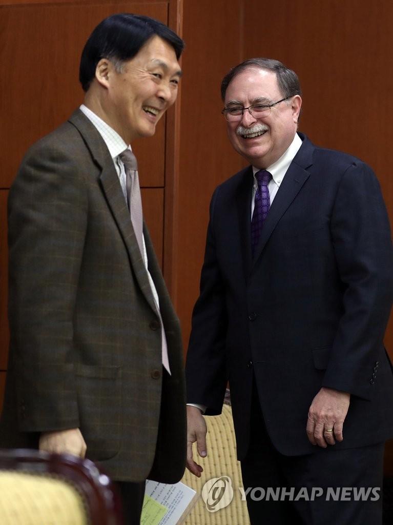 韩美军费谈判代表交谈