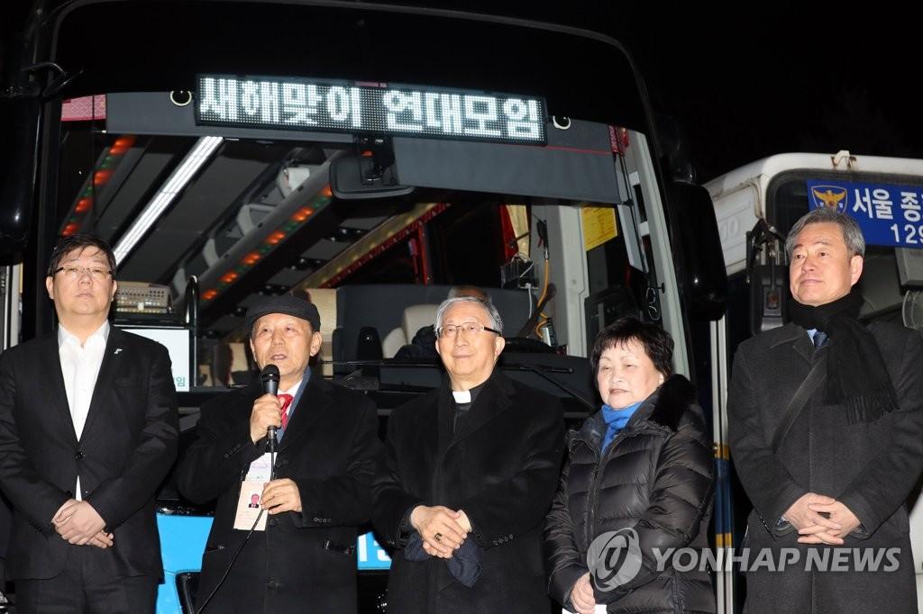 2月12日上午,在首尔市景福宫停车场,李昌馥(左二)在赴朝前的记者会上发言。(韩联社)