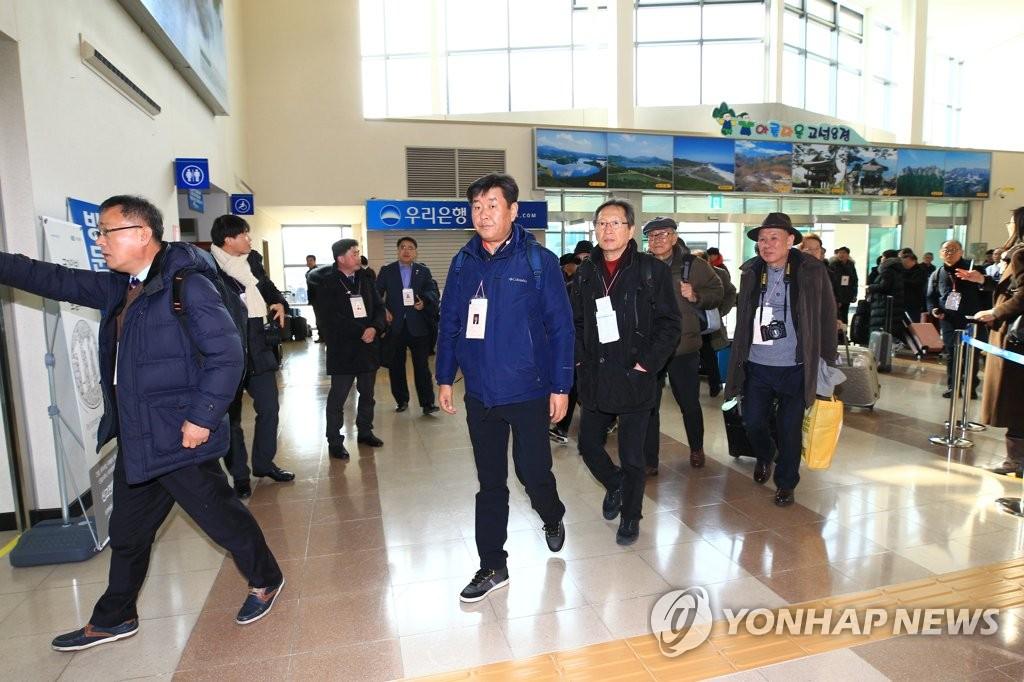 2月12日,在东海岸公路南北出入境事务所,韩方代表团办理出境手续。(韩联社)