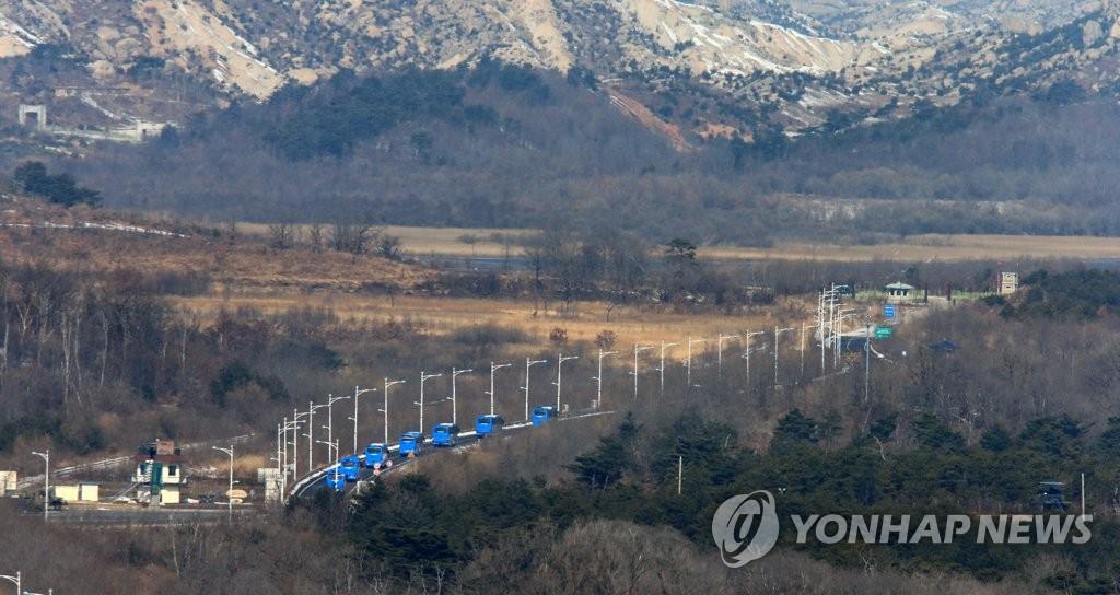 2月12日,在韩朝边境,满载韩方代表团的大巴驶向朝鲜。(韩联社)