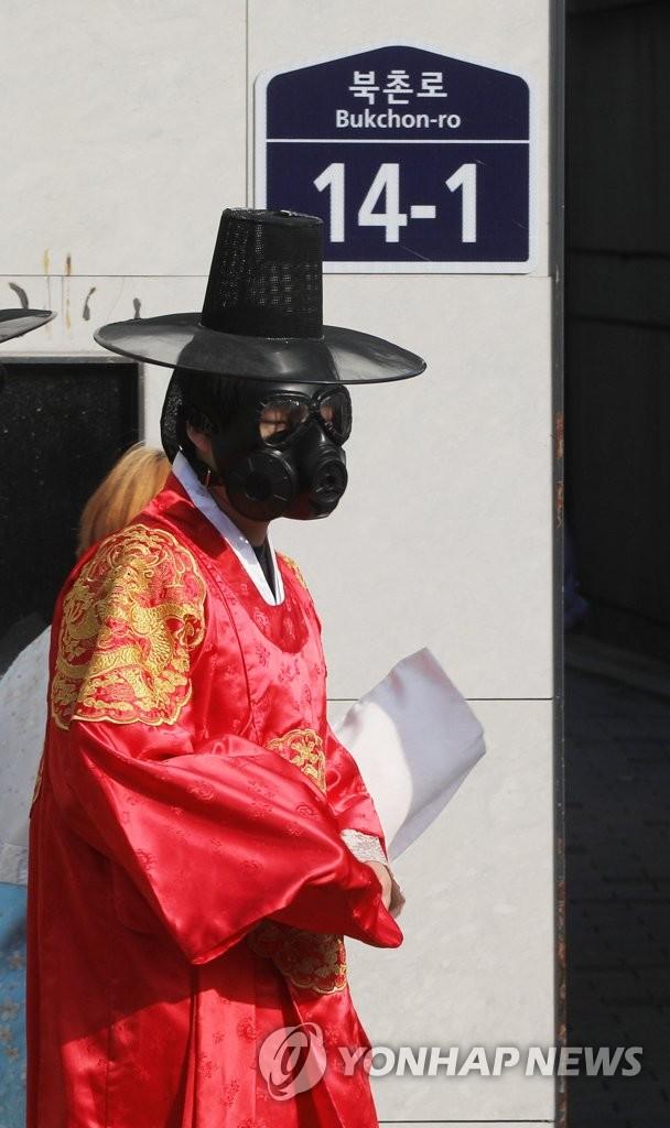 雾霾天戴防毒面具