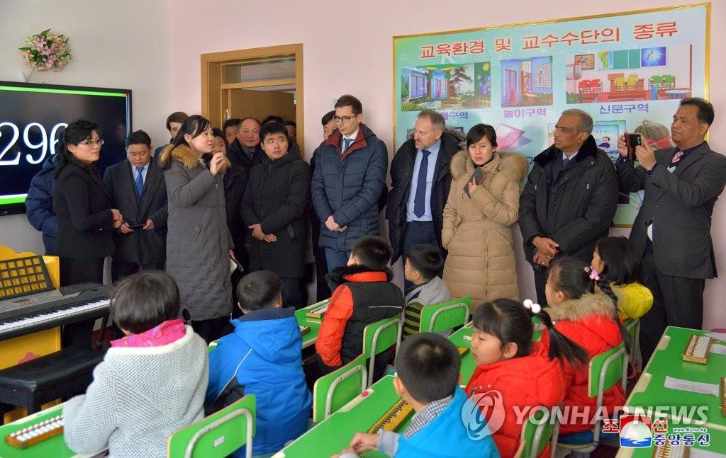 各国驻朝鲜大使参观平壤教员大学