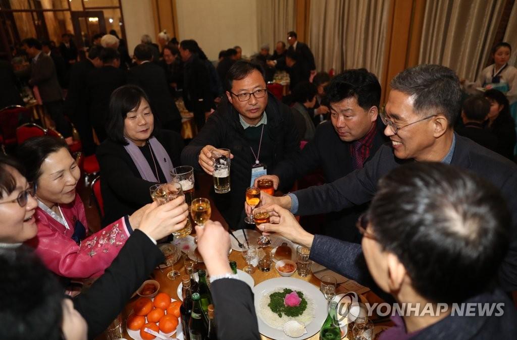 2月12日,在朝鲜金刚山酒店,出席迎新联谊会的韩朝各界代表在晚宴上举杯欢庆。(韩联社)