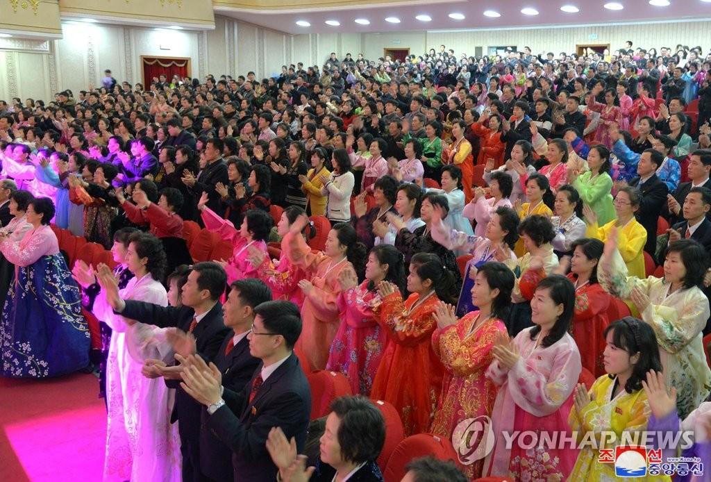 朝鲜居民为精彩表演喝彩