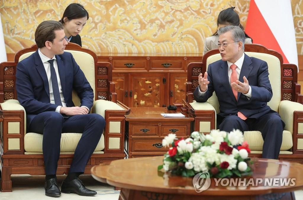 2月14日下午,在青瓦台,韩国总统文在寅(右)与奥地利总理塞巴斯蒂安·库尔茨举行会谈。(韩联社)