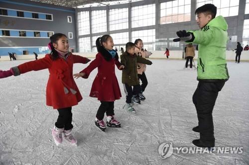 朝鲜小朋友学滑冰