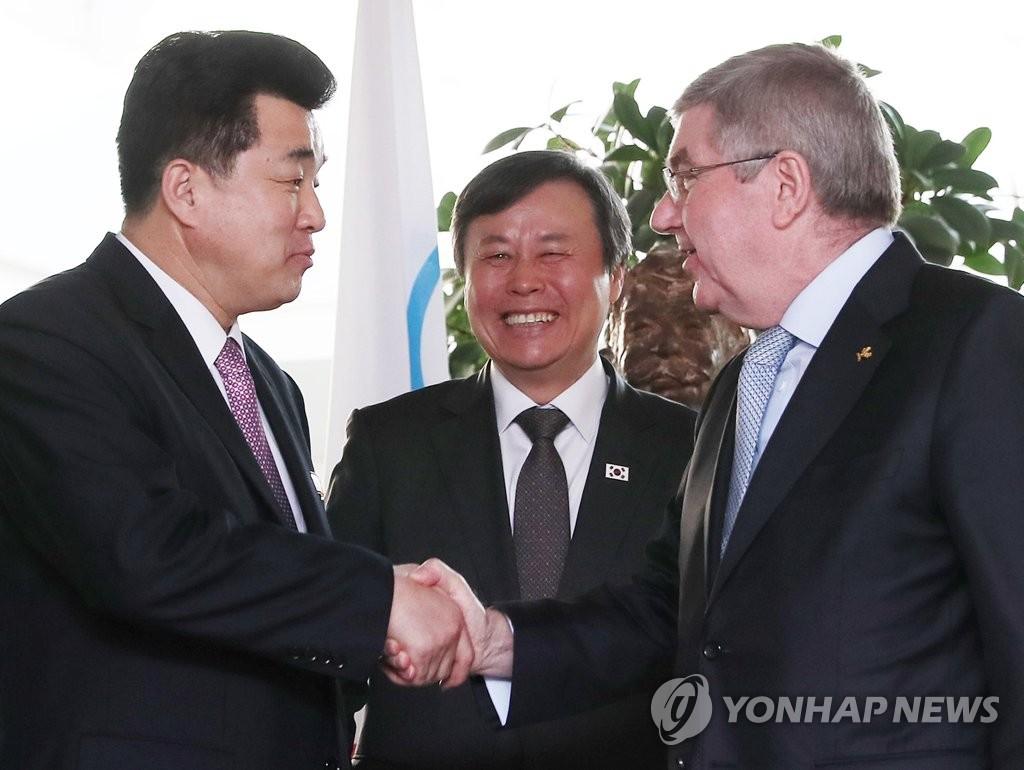 当地时间2月15日,在瑞典洛桑,韩朝体育首长都钟焕(中)、金一国(左)与国际奥委会主席巴赫会前握手。(韩联社)