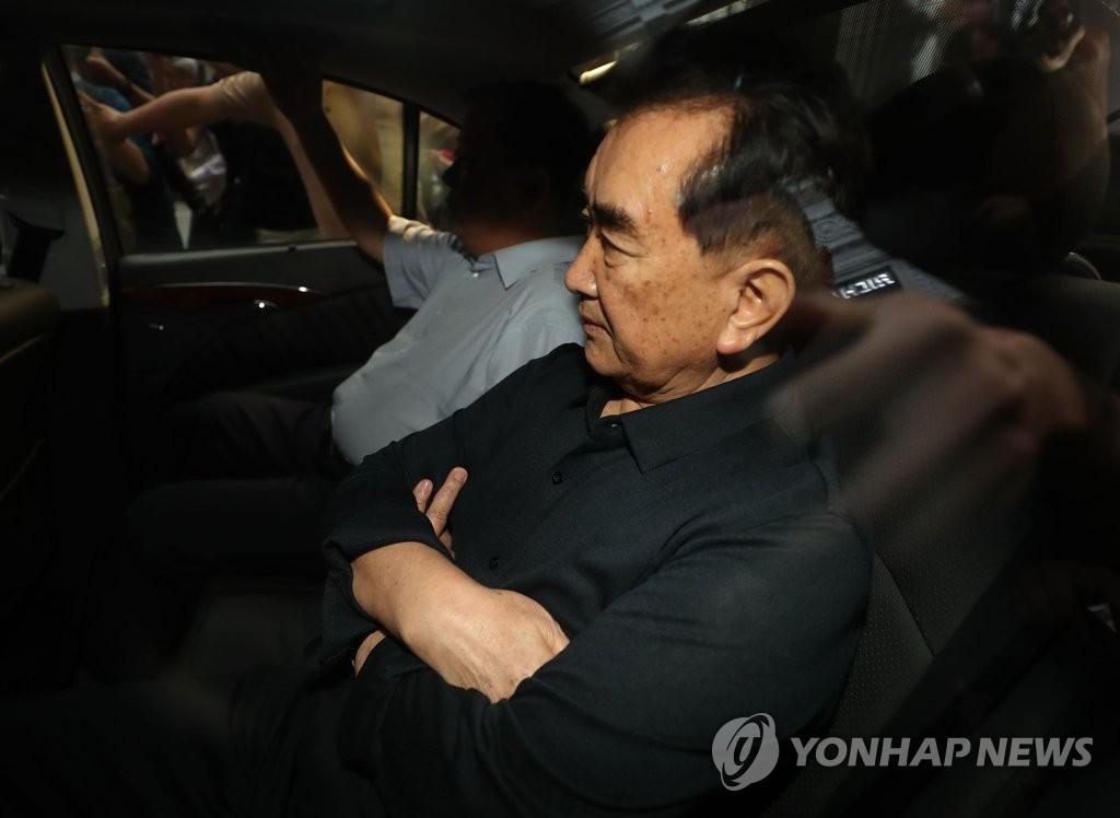 2月16日,为筹备将在越南河内举行的第二次朝美首脑会谈访问越南的朝鲜国务委员会部长金昌善访问索菲特传奇大都市酒店后乘车离开。(韩联社)