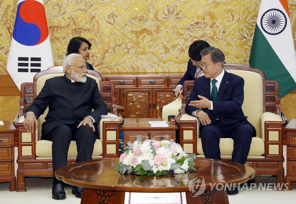 2月22日,在青瓦台,韩国总统文在寅(右)与印度总理纳伦德拉·莫迪举行会谈。(韩联社)