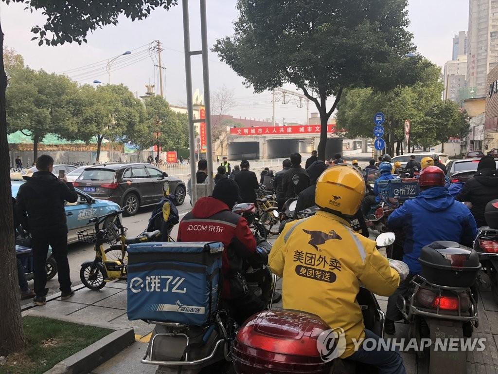 2月25日,在金正恩专列所停的长沙站附近,交警管制交通。(韩联社)