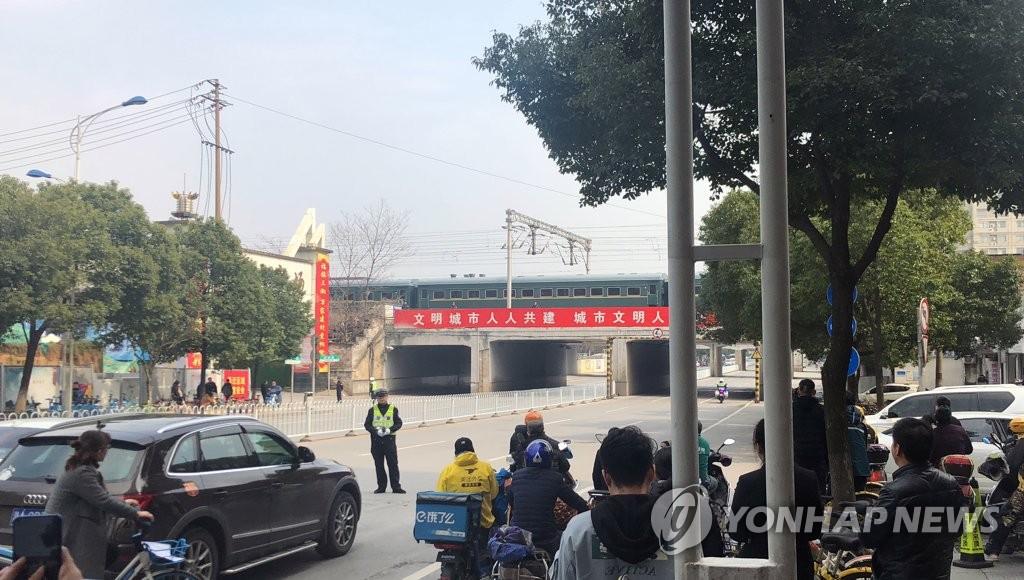 2月25日,在金正恩专列所停长沙站附近,交警管制交通。(韩联社)