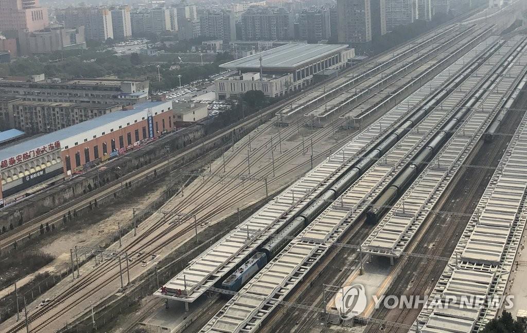 2月25日,在长沙站,金正恩专列停车30多分钟。(韩联社)