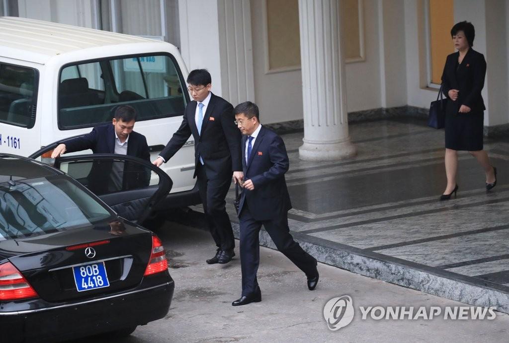 2月25日,在河内,金金赫哲离开越南政府迎宾馆。(韩联社)