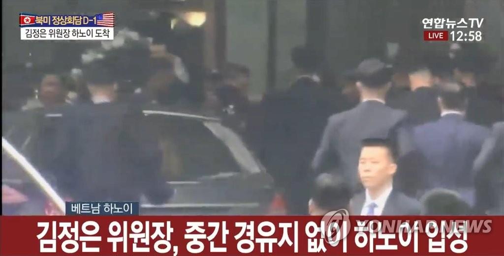 2月26日上午,朝鲜国务委员会委员长金正恩乘专车抵达越南河内美利亚酒店。(韩联社)