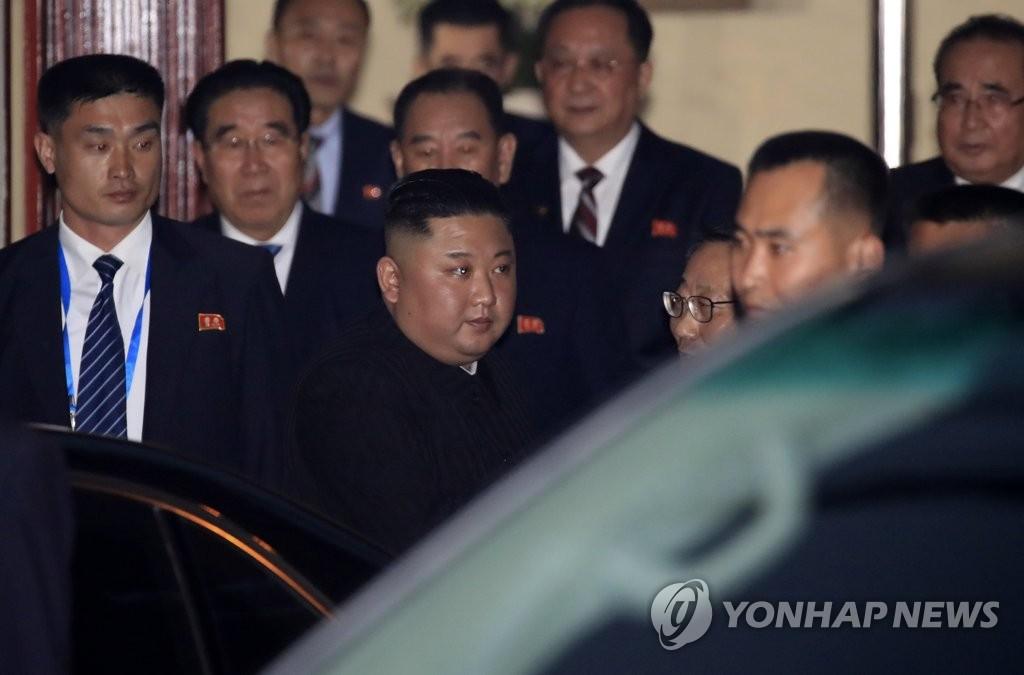 当地时间2月26日,朝鲜国务委员会委员长金正恩走出朝鲜驻越南大使馆。(韩联社)