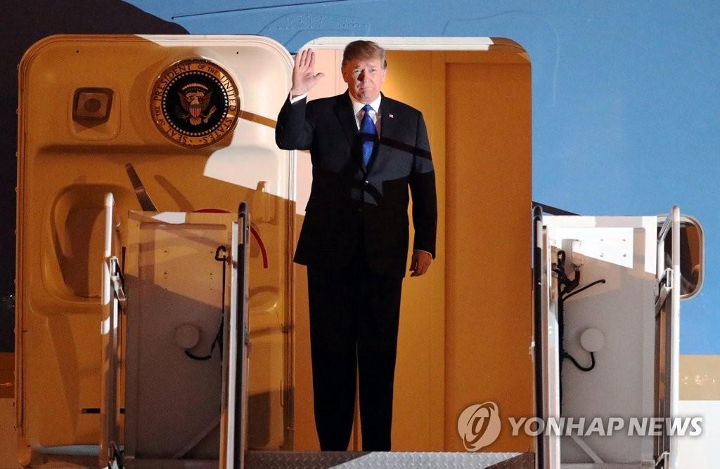 当地时间2月26日,美国总统特朗普飞抵河内内排国际机场,向人群挥手致意。(韩联社/路透社)
