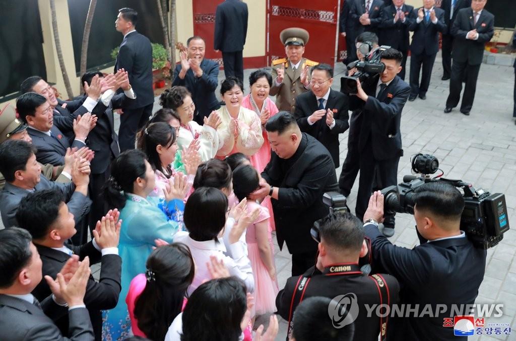 据朝中社2月27日报道,朝鲜国务委员会委员长金正恩26日访问在越南河内的朝鲜驻越南大使馆。图片仅限韩国国内使用,严禁转载复制。(韩联社/朝中社)