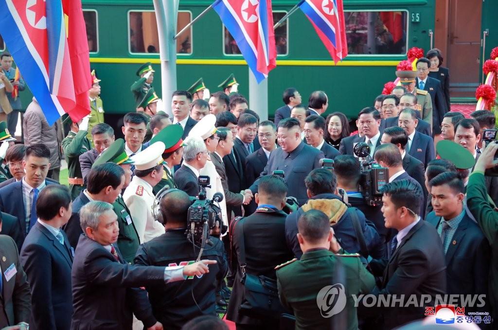据朝中社2月27日报道,朝鲜国务委员会委员长金正恩26日抵达位于中越边境的越南同登站,并与越方人士亲切握手。图片仅限韩国国内使用,严禁转载复制。(韩联社/朝中社)
