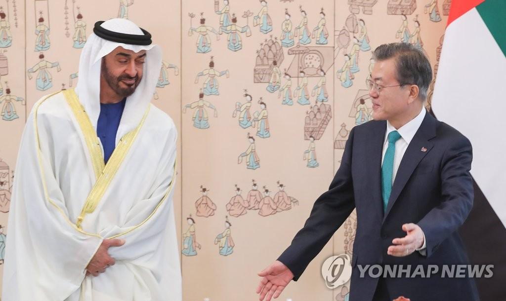 资料图片:总统文在寅(右)和阿联酋阿布扎比王储穆罕默德·本·扎耶德·阿勒纳哈扬 韩联社