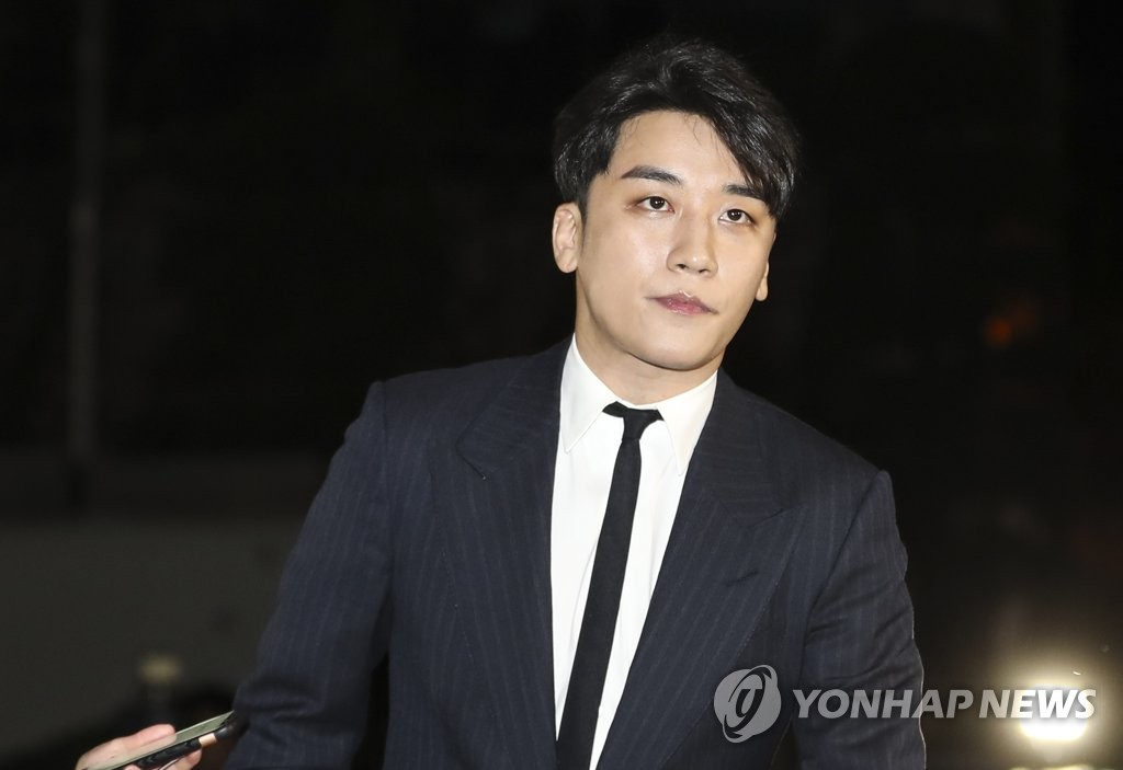2月27日,涉嫌向外籍投资者提供色情招待的胜利走向首尔地方警察厅大楼。(韩联社)