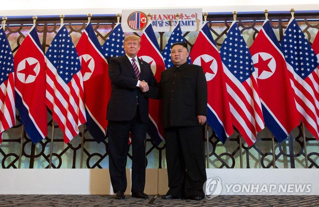 资料图片:2月27日,在越南河内大都市索菲特传奇酒店,特朗普(左)和金正恩进行简短会晤前握手合影。(韩联社/法新社)