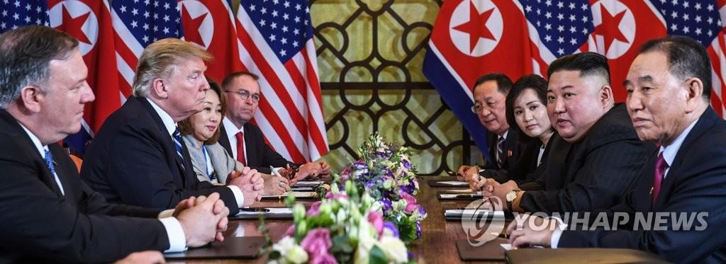 资料图片:2月28日,在河内大都市索菲特传奇酒店,美国总统特朗普(左二)和朝鲜国务委员会委员长金正恩(右二)举行扩大会谈。(韩联社/法新社)