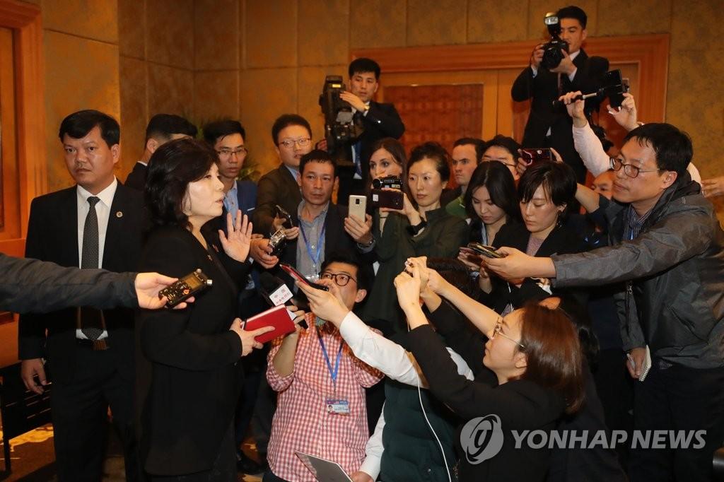 3月1日,在河内美利亚酒店,朝鲜副外相崔善姬接受记者采访。(韩联社)