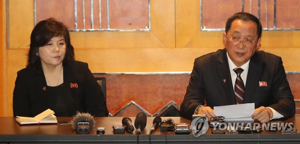 资料图片:当地时间3月1日,在河内美利亚酒店,朝鲜外相李容浩(右)召开记者会就前一天的金特会发表立场。(韩联社)