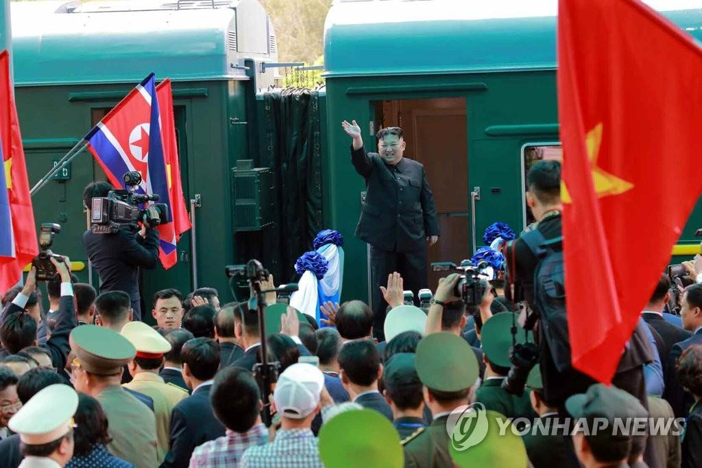 资料图片:3月2日,在越南同登站,金正恩站在车厢门口向欢送人群挥手致意。(韩联社)