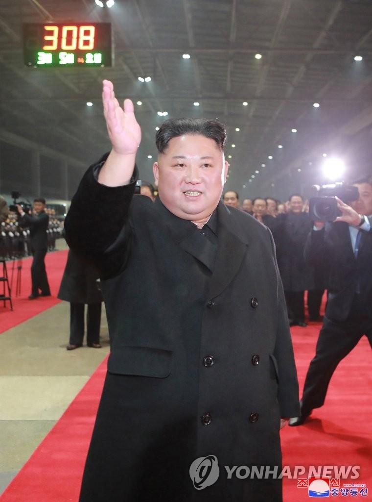 3月5日上午,在平壤,金正恩访越归来,走下专列。图片仅限韩国国内使用,严禁转载复制。(韩联社/朝中社)