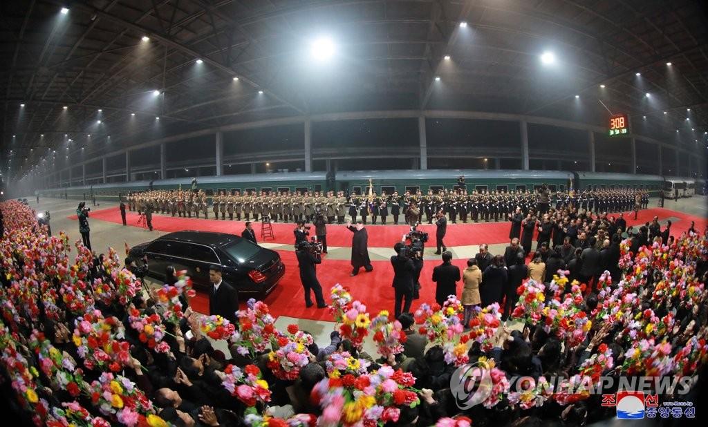 3月5日上午,在平壤,金正恩访越归来,走下专列受到党政军高层和仪仗队的欢迎。图片仅限韩国国内使用,严禁转载复制。(韩联社/朝中社)