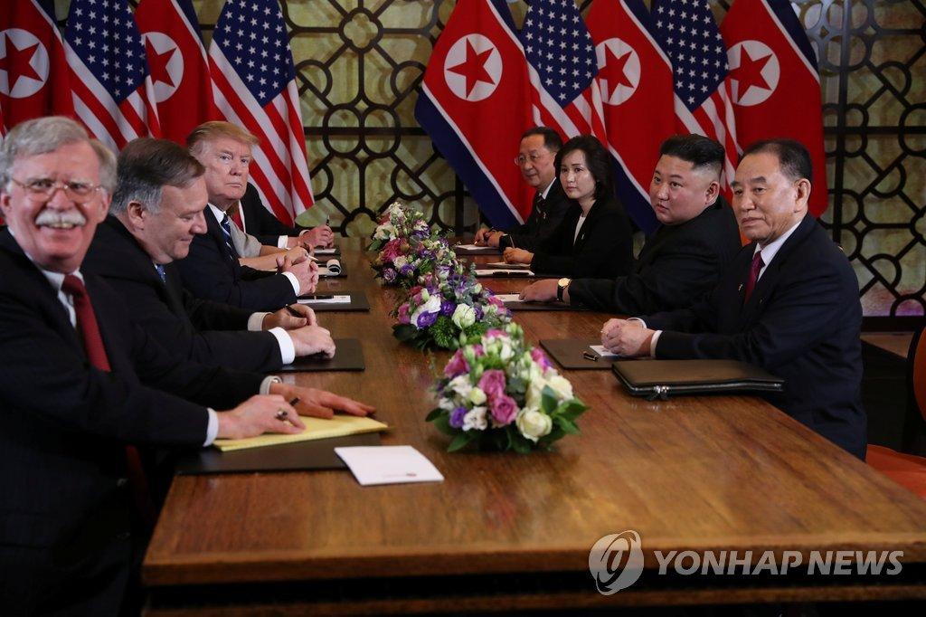 资料图片:朝鲜国务委员会委员长金正恩(右二)与美国总统特朗普(左三)在河内举行会晤。(韩联社)