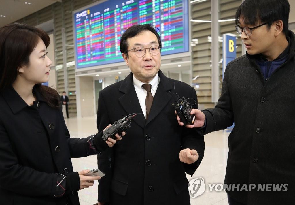 3月8日,在仁川机场,韩国外交部韩半岛和平交涉本部长李度勋(左二)接受媒体采访。(韩联社)