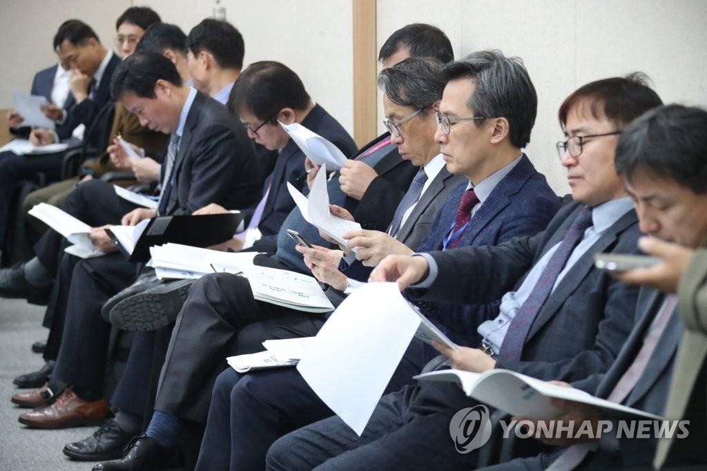 3月11日,在中央政府首尔办公楼,文体部干部们正在听取文体部第一次官金龙三发布的2019年工作计划。(韩联社)
