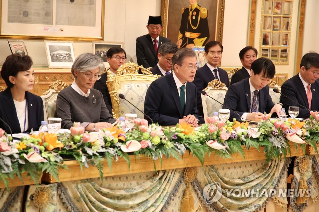 3月11日上午,在文莱王宫,韩国总统文在寅(前排中间)在韩文首脑会谈上发言。(韩联社)