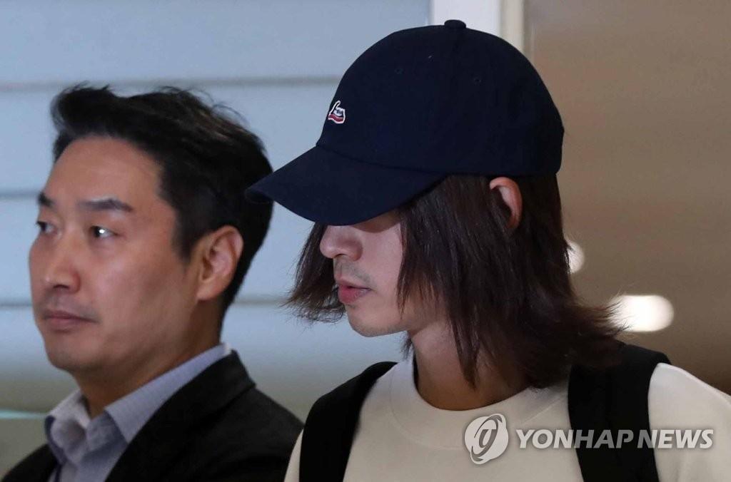 3月12日,在仁川国际机场,郑俊英返回韩国。郑俊英因涉嫌非法拍摄和散播偷拍视频和照片被立案调查。(韩联社)