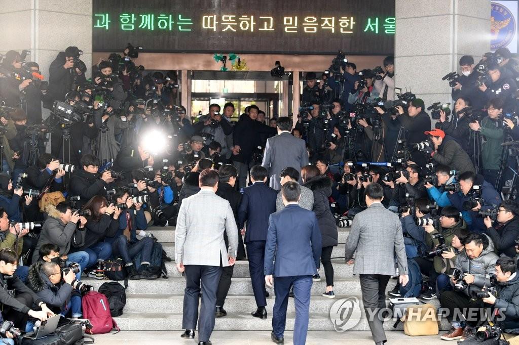 资料图片:3月14日下午,在首尔地方警察厅,众多媒体记者采访报道到案受讯的前BIGBANG成员胜利。 韩联社