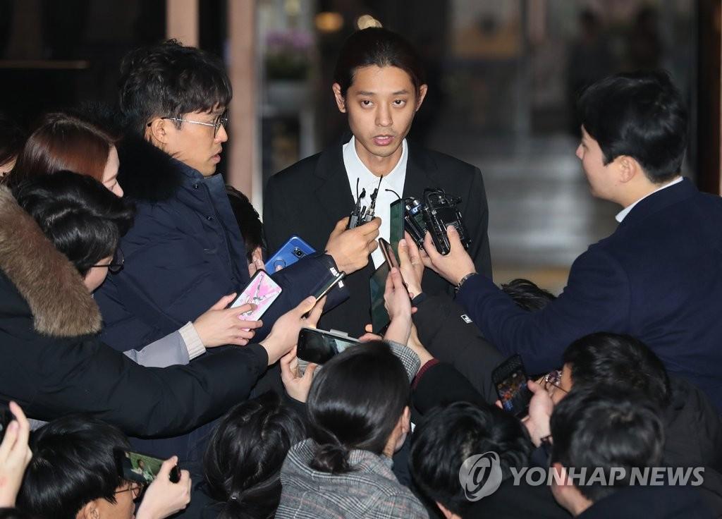 3月15日上午,在首尔地方警察厅,郑俊英在受讯后答记者问。(韩联社)