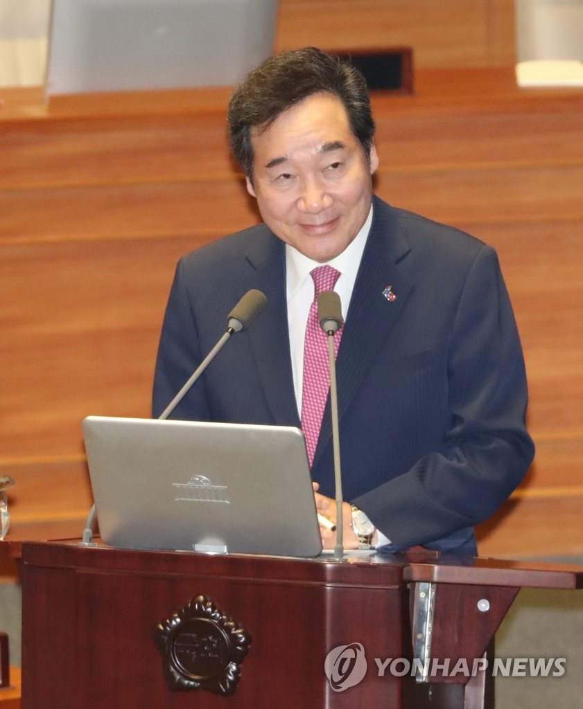 3月19日,国务总理李洛渊出席国会质询政府工作大会并答议员问。(韩联社)