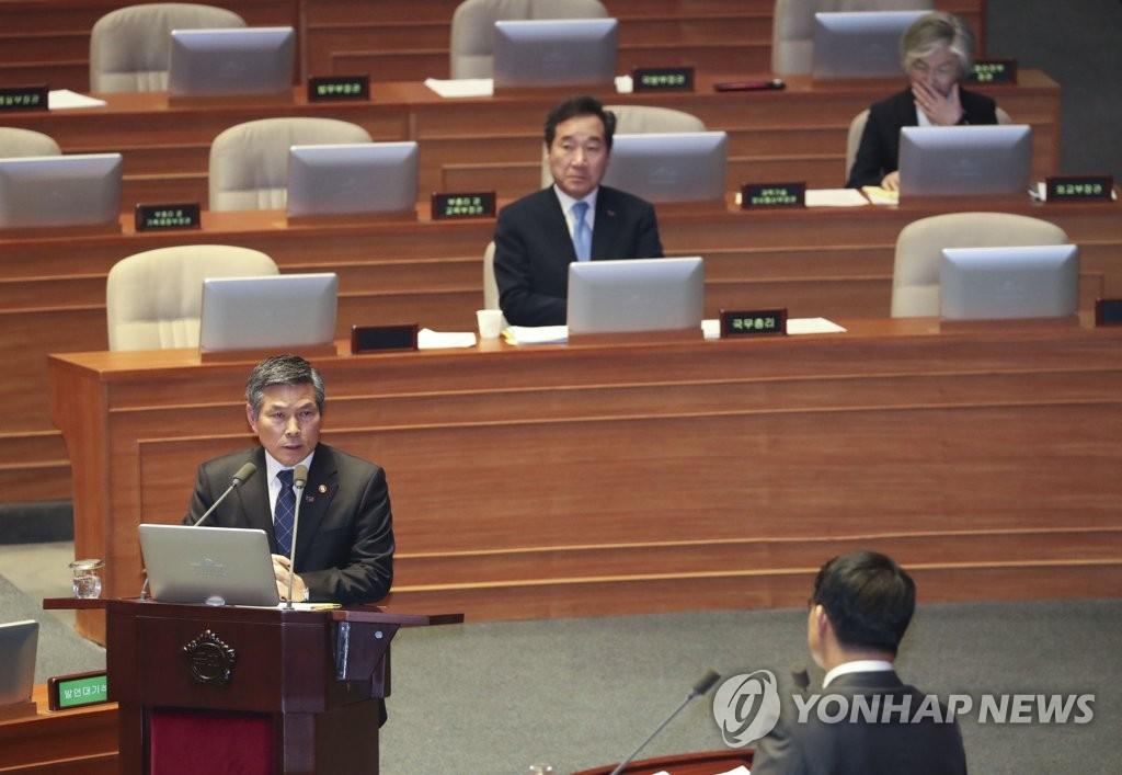 3月20日,国会主会场,郑景斗答复议员质询。(韩联社)