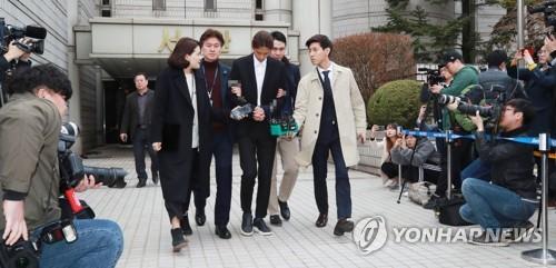 郑俊英走出法庭