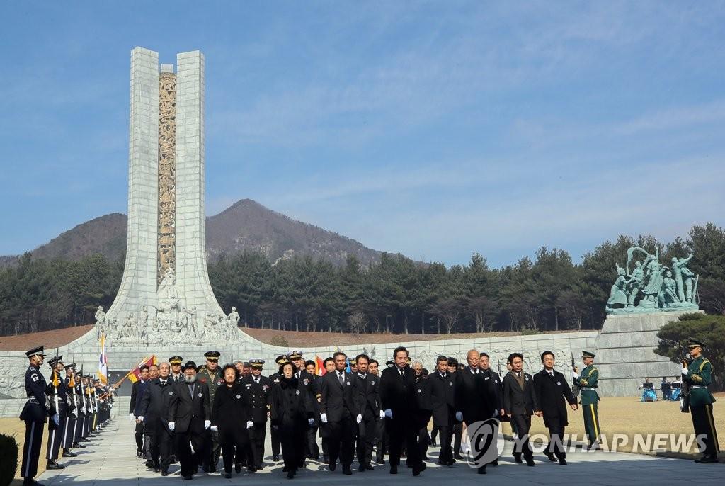 韩总理参拜显忠塔
